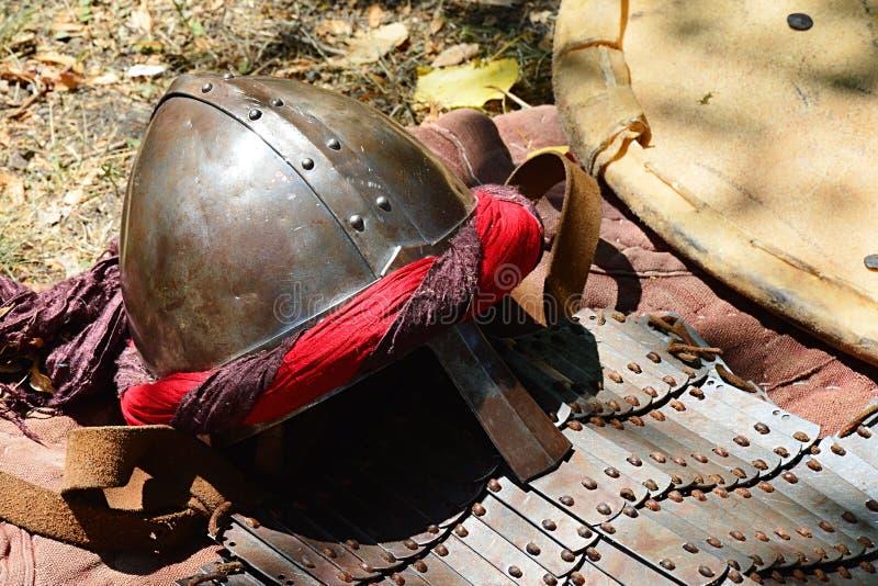 Casco cónico con la visera del yelmo y tipo árabe de Oriente Medio de decoración, armadura de placa temprana y escudo de la comet imagen de archivo