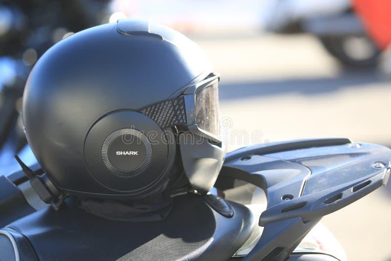 Casco chiuso nero sul sedile del motociclo Giusta fine di vista su immagine stock libera da diritti