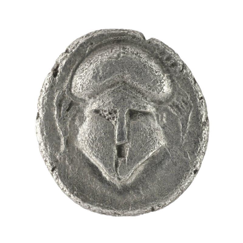 Casco con cresta en el griego clásico Diobol 350 A.C. imagen de archivo