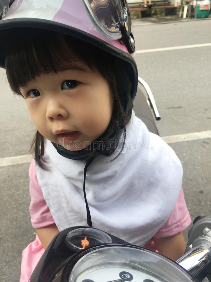 Casco de la bici de los niños foto de archivo libre de regalías
