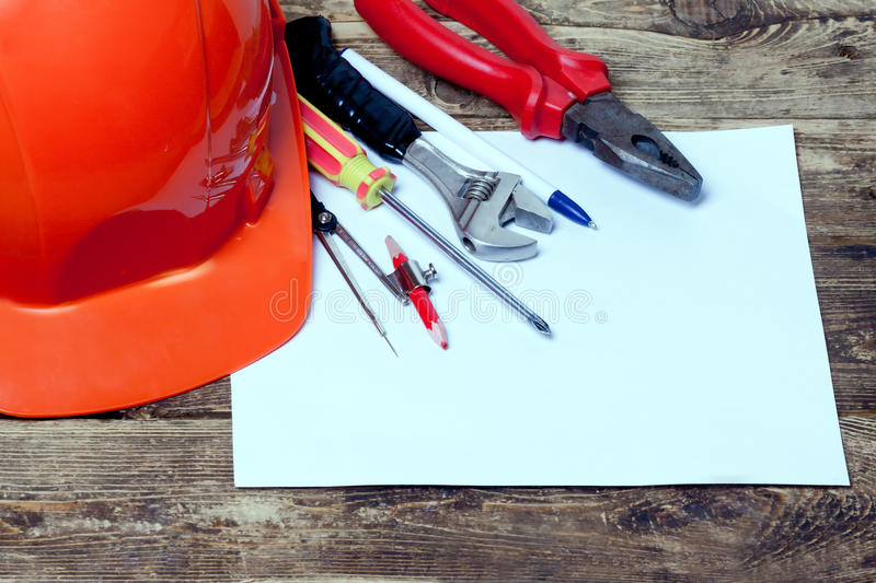 Casco de la construcción, herramientas viejas y imagen de archivo