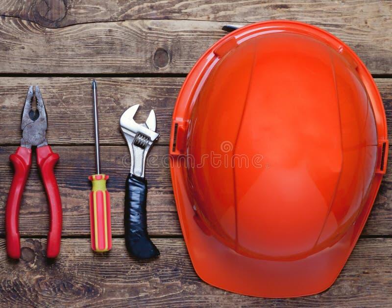 Casco de la construcción y herramientas viejas imagen de archivo libre de regalías
