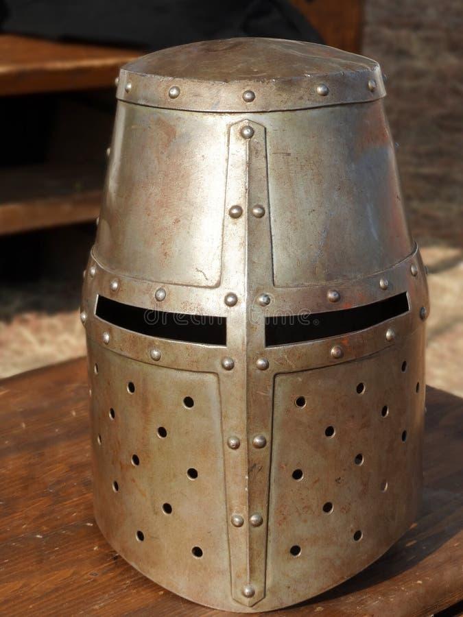 Casco de las altas Edades Medias gran o reconstru medieval del timón del cubo foto de archivo