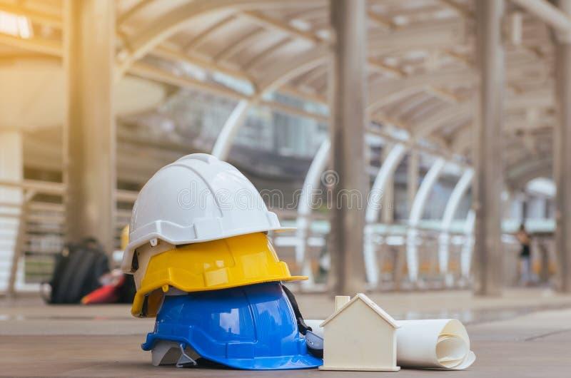 Casco de seguridad de los cascos con el modelo, el modelo, la construcción y el ingeniero caseros imagenes de archivo