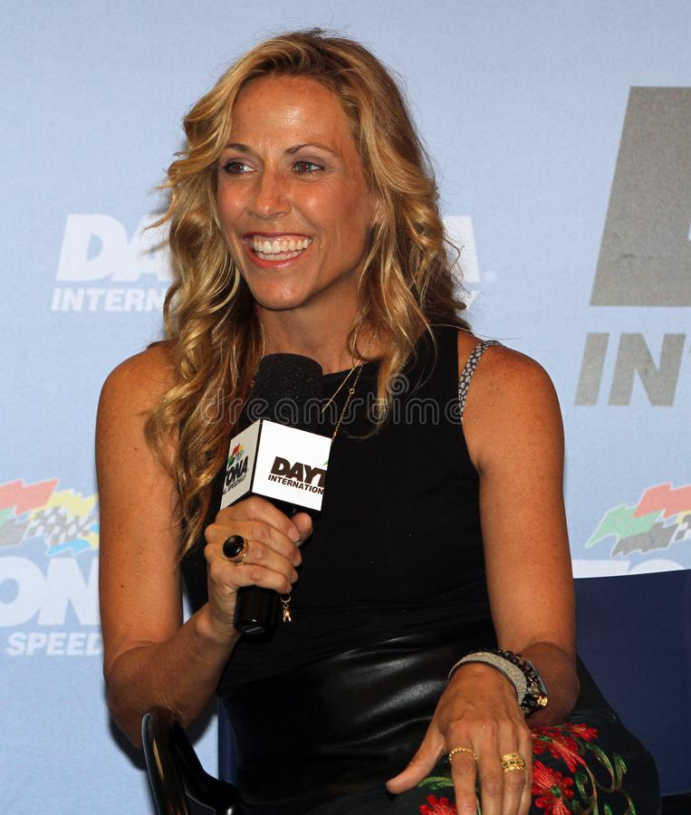 Casco de Sheryl Crow Attends NASCAR zero 400 foto de stock royalty free