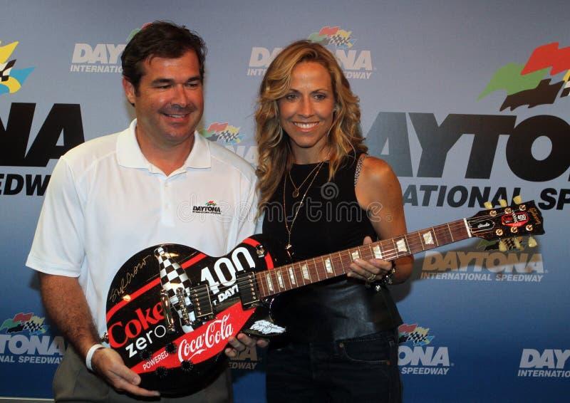 Casco de Sheryl Crow Attends NASCAR zero 400 fotografia de stock royalty free