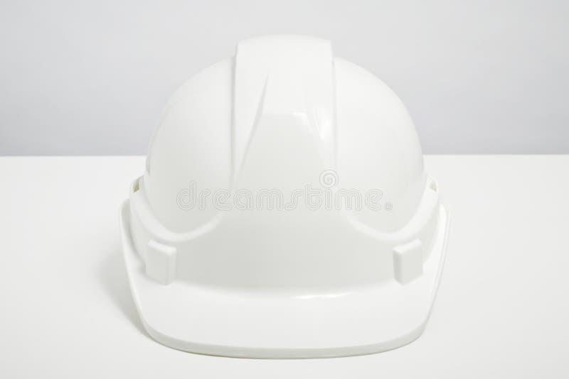 Casco dei costruttori isolato su fondo bianco immagine stock libera da diritti
