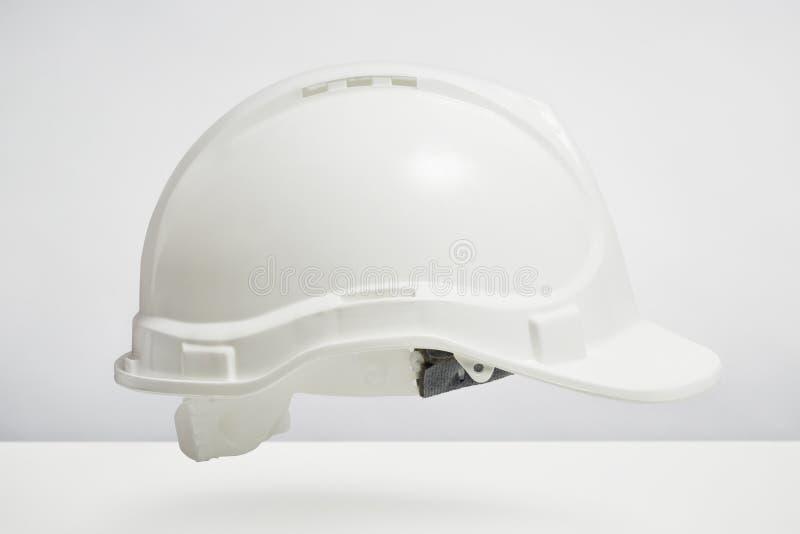 Casco dei costruttori su fondo bianco fotografie stock libere da diritti