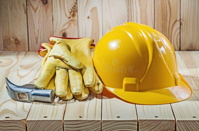 Casco dei guanti degli attrezzi e martello da carpentiere fotografie stock libere da diritti