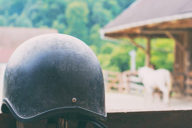 Casco del cavallo che aspetta per essere usato fotografia stock