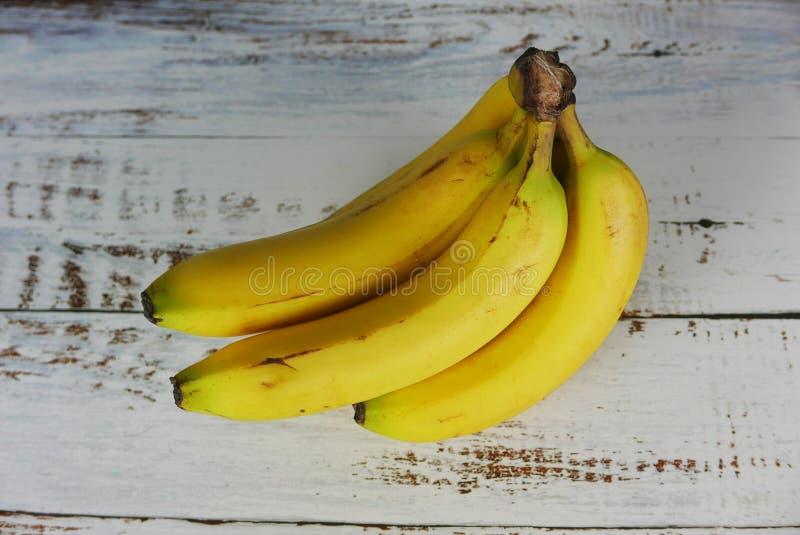 Casco di banane su fondo di legno immagine stock