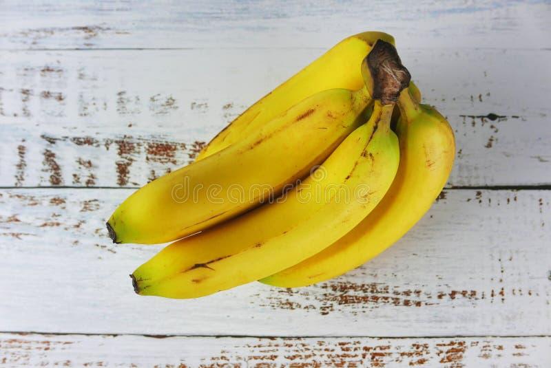 Casco di banane su fondo di legno fotografia stock libera da diritti
