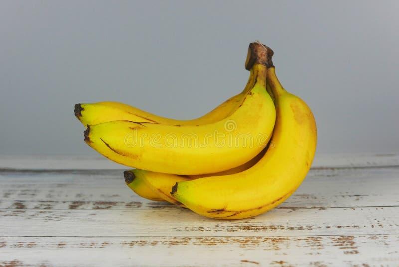 Casco di banane su fondo di legno fotografia stock