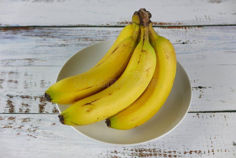 Casco di banane su fondo di legno immagine stock libera da diritti