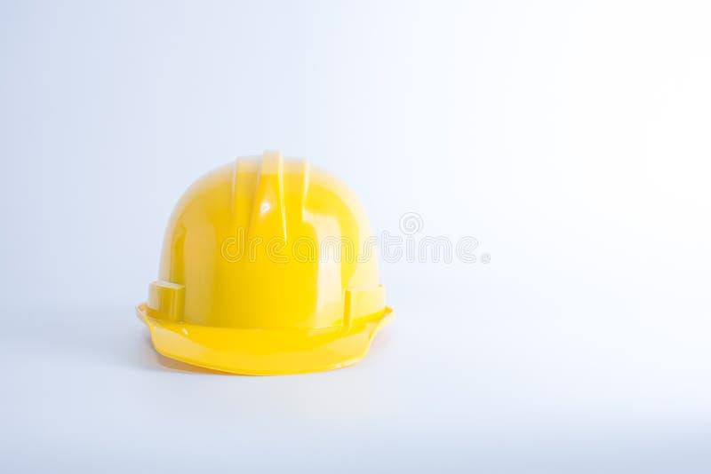 Casco di sicurezza giallo su fondo bianco Casco isolato su w immagini stock