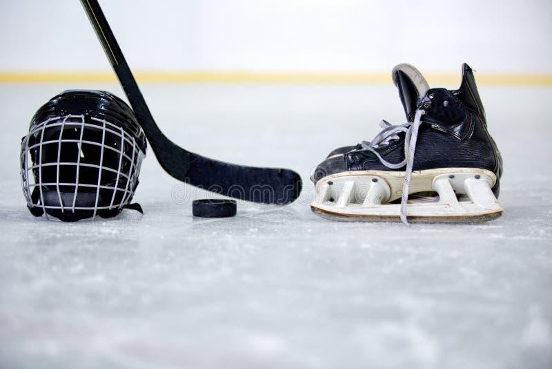 Casco, duende malicioso, palillo y patín del hockey en hockey imagen de archivo