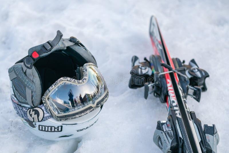 Casco e sci dello sci nella neve immagini stock libere da diritti