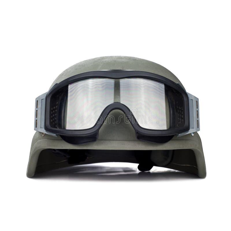 Casco ed occhiali di protezione tattici isolati su fondo bianco fotografie stock