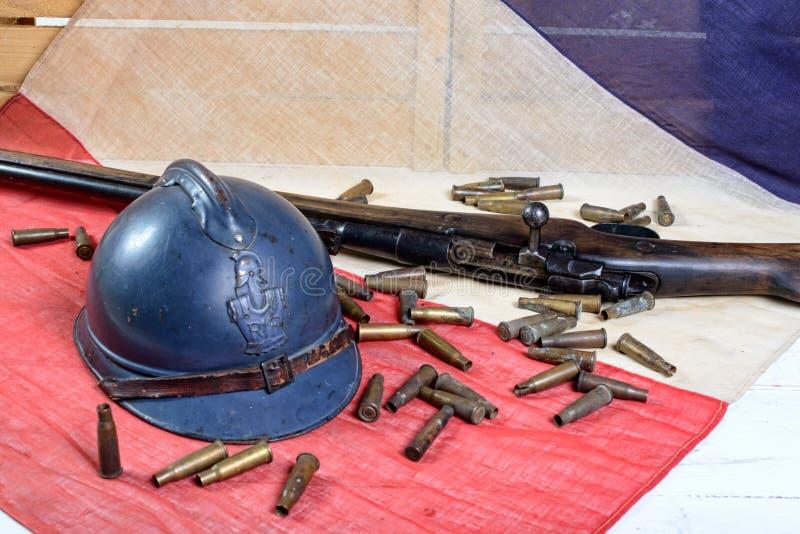 Casco francese della prima guerra mondiale con una pistola con bandiera del francese fotografia stock