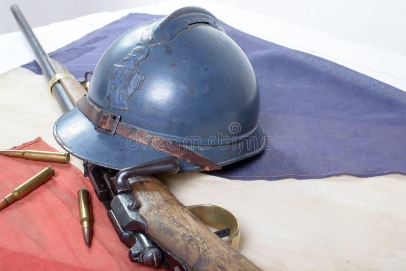 Casco francese della prima guerra mondiale con una pistola con bandiera del francese fotografie stock