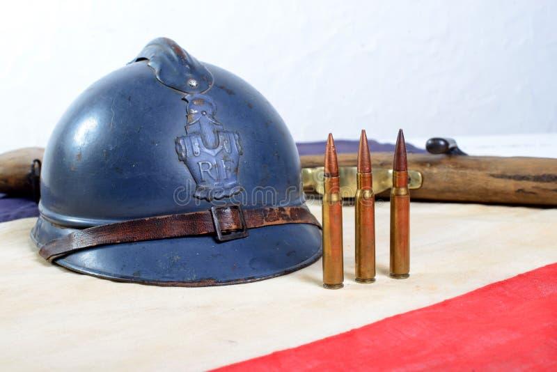 Casco francese della prima guerra mondiale con una pistola con bianco rosso b immagine stock libera da diritti