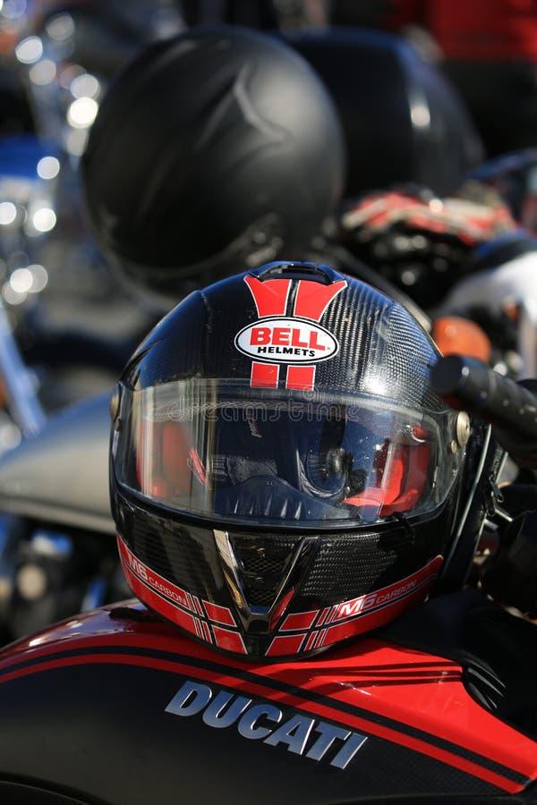 Casco nero e rosso sul serbatoio di combustibile di un primo piano del motociclo di DUCATI fotografie stock libere da diritti