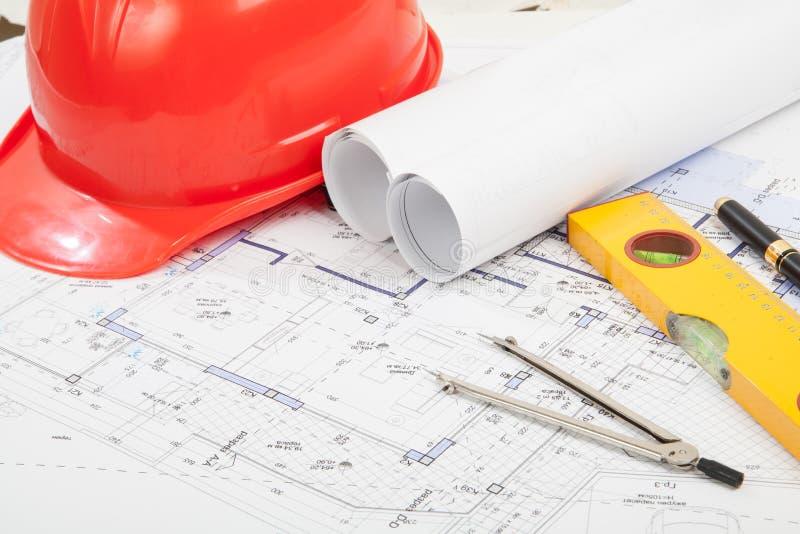 Casco, proyectos de la construcción y herramientas rojos imagen de archivo libre de regalías
