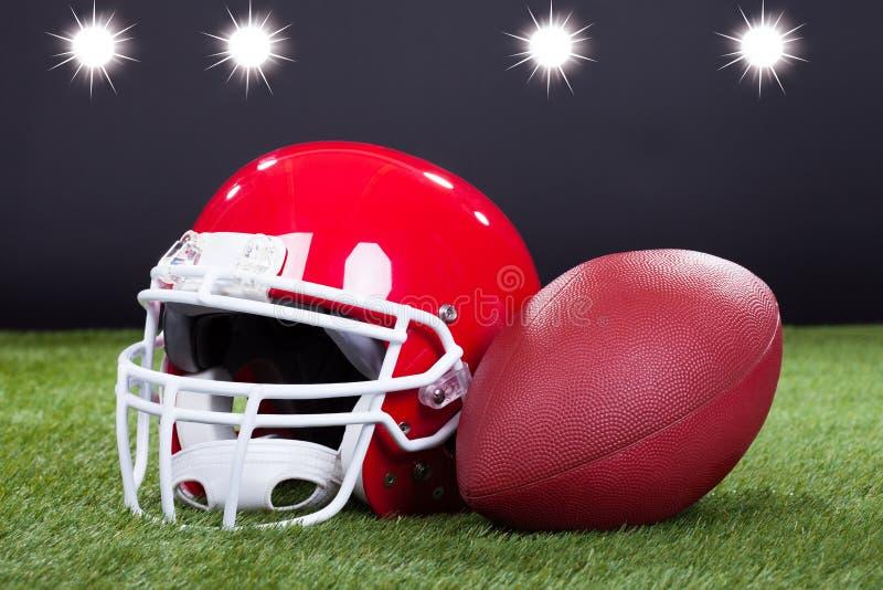 Casco rojo de los deportes imagenes de archivo
