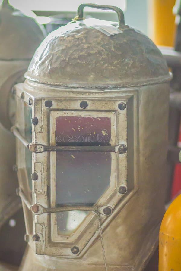Casco viejo del salto del vintage en latón y acero para el salto del mar profundo imágenes de archivo libres de regalías