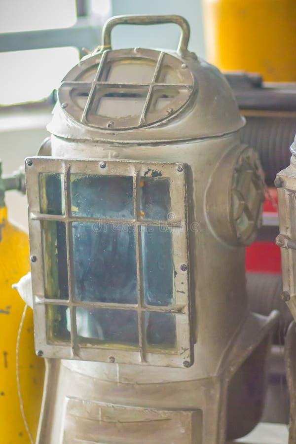 Casco viejo del salto del vintage en latón y acero para el salto del mar profundo fotos de archivo libres de regalías