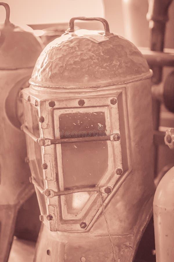 Casco viejo del salto del vintage en latón y acero para el salto del mar profundo imagenes de archivo