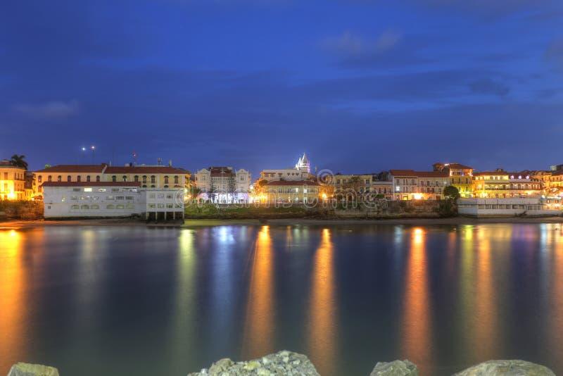 Casco Viejo, Panama City, över fjärden i skymningen royaltyfri foto