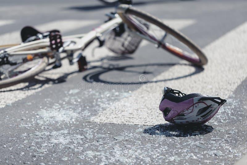 Casco y bicicleta en el paso de peatones después del accidente imágenes de archivo libres de regalías