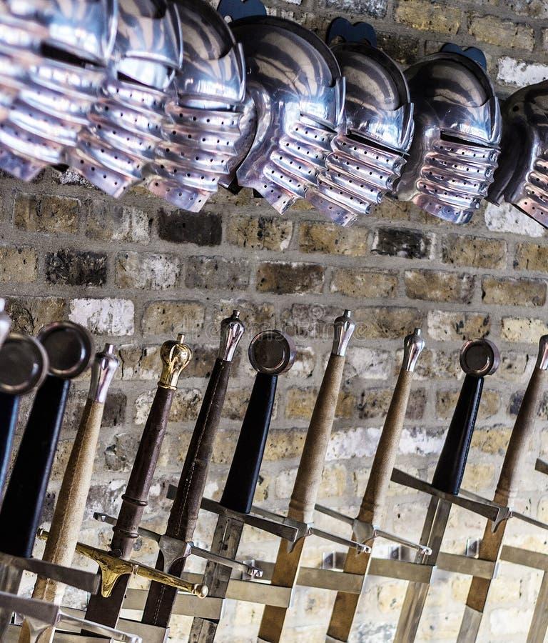 Cascos y espadas medievales imagen de archivo libre de regalías