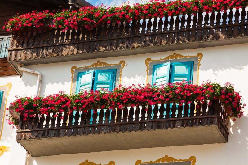 Case alpine tradizionali con i fiori sul balcone, d'Amp della cortina immagine stock libera da diritti