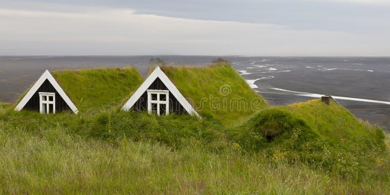 Case antiche con il tetto dell'erba in Islanda, trascurante una s nera fotografie stock libere da diritti