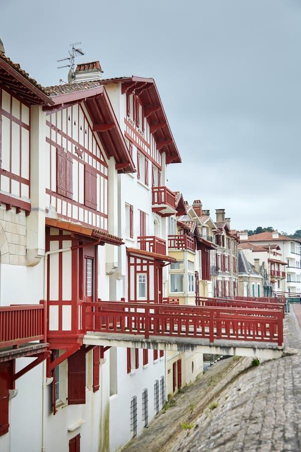 Case basche a graticcio rosse e bianche tradizionali, architettura tipica fotografia stock libera da diritti