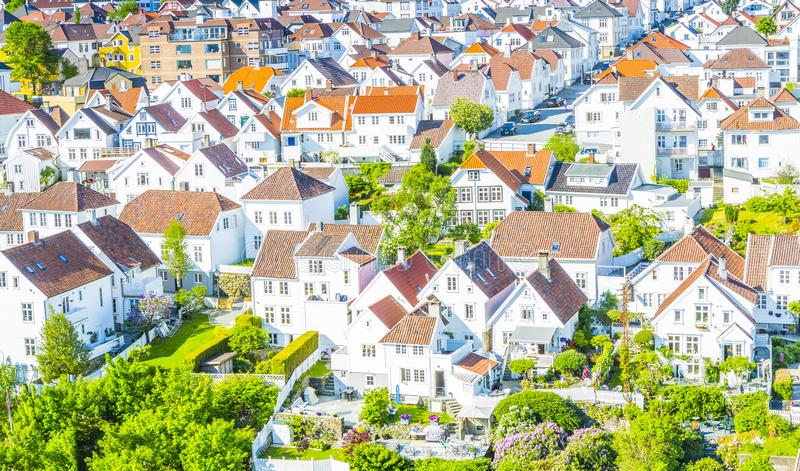 Case bianche norvegesi tradizionali a Stavanger Norvegia fotografia stock libera da diritti