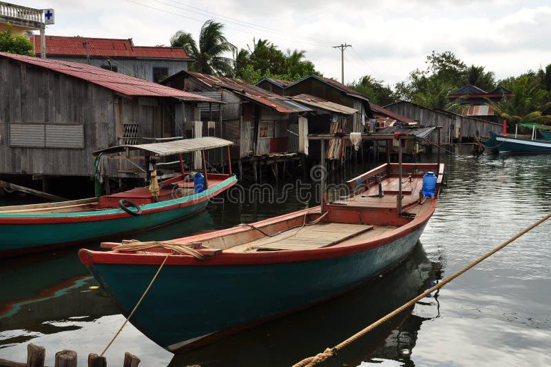 Case cambogiane del trampolo e del paesino di pescatori fotografia stock libera da diritti