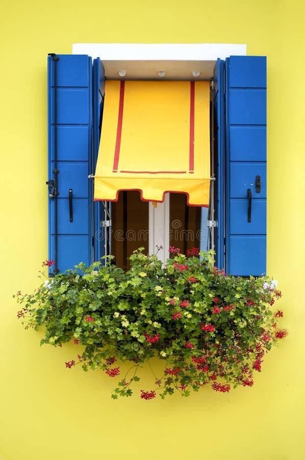 Case colorate di burano immagine stock immagine di casa for Foto di ville colorate