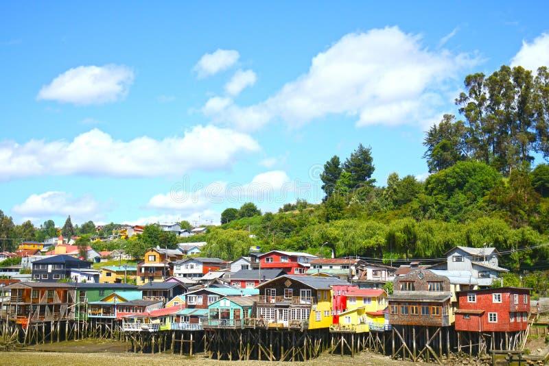 Case Colourful di Palafito sui trampoli in Castro, isola di Chiloe, Patagonia, Cile immagini stock libere da diritti