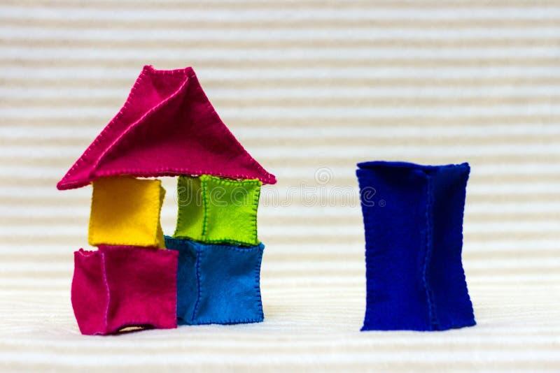 Case con mattoni a vista stabili del giocattolo fotografia stock libera da diritti