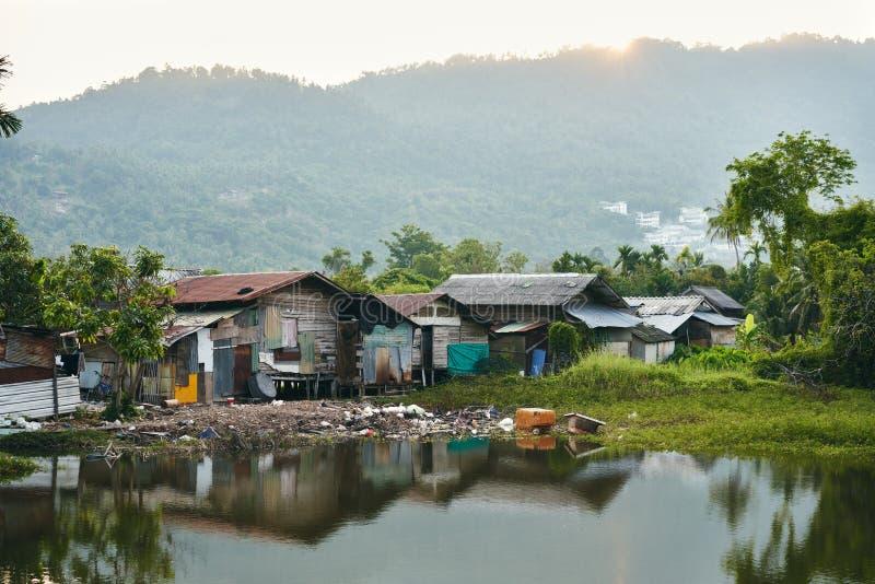 Case dei bassifondi sul fiume in Tailandia immagini stock