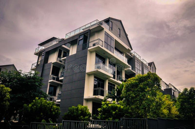Case del bungalow della proprietà privata su tonalità più scura fotografia stock