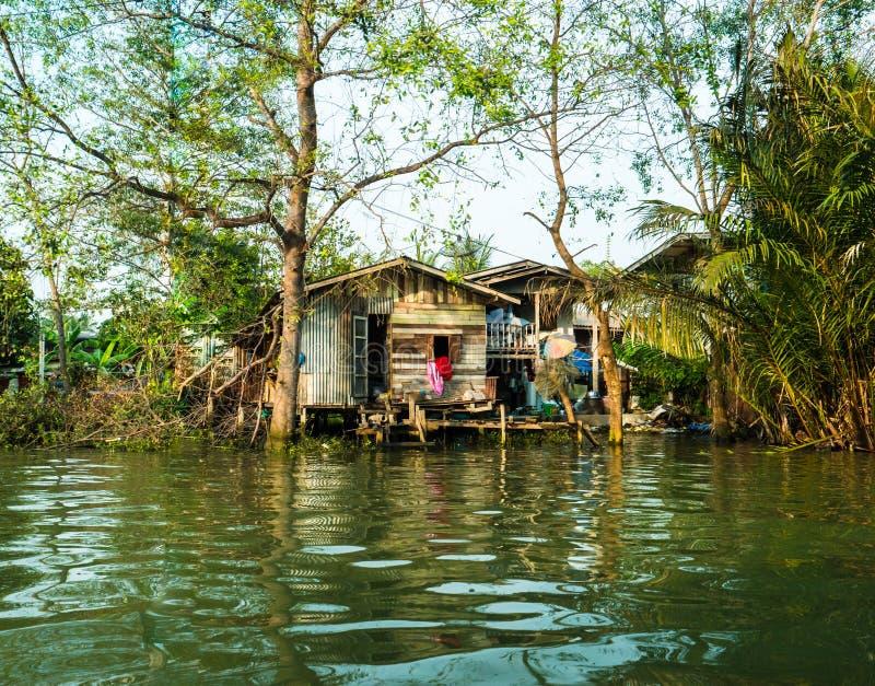 Case del trampolo sopra il fiume in Tailandia rurale immagini stock