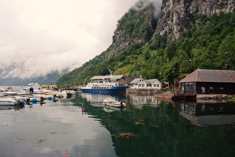 Case del villaggio, barche nel porto del mare sul paesaggio della montagna Trasporto dell'acqua, navi Destinazione di viaggio, tu fotografia stock libera da diritti