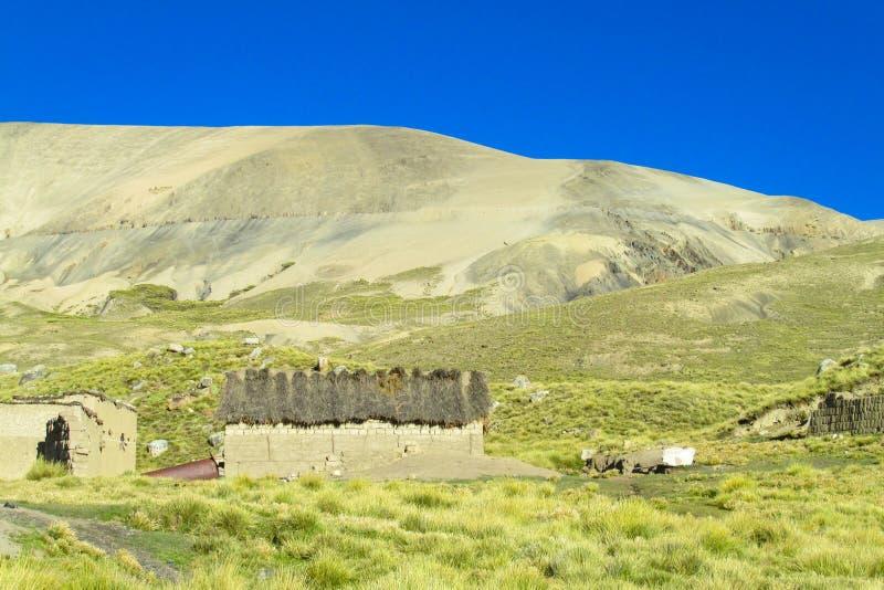 Case dell'azienda agricola in montagne della Bolivia fotografia stock
