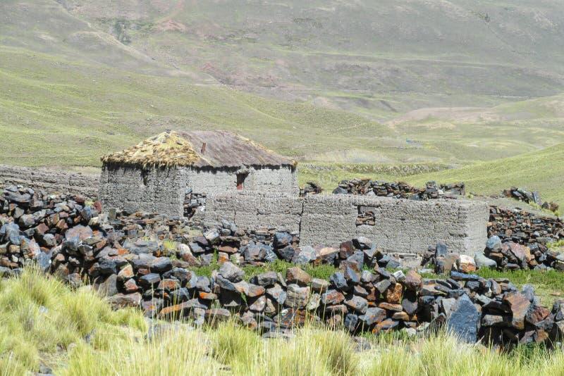 Case dell'azienda agricola in valle della montagna immagine stock libera da diritti