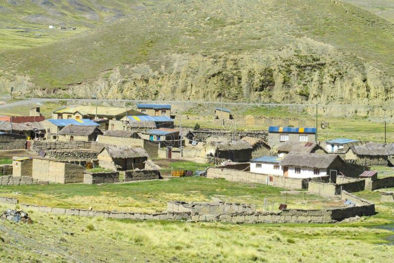 Case dell'azienda agricola in valle della montagna fotografia stock libera da diritti