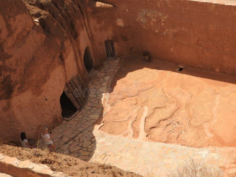 Case della troglodita e caverne sotterranee dei berberi in Sidi Driss, Matmata, Tunisia, Africa, un chiaro giorno immagini stock libere da diritti